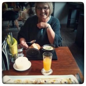 Tummeln in Cafés mit Mama